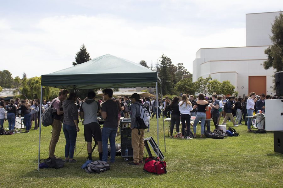 Hundreds of students gather on the I-Wing lawn to live DJ music.