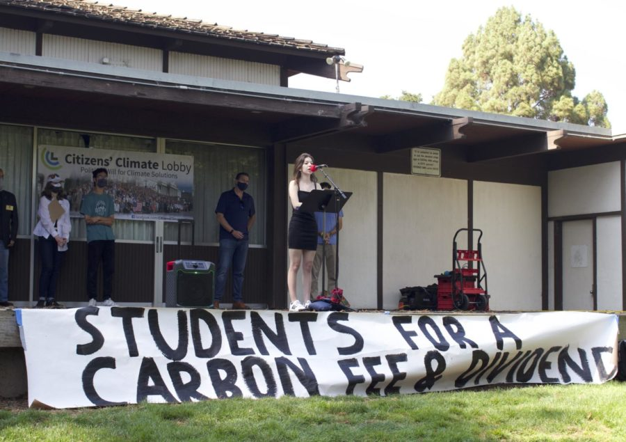 Woodside+High+School+parents%2C+teachers%2C+and+other+community+members+attended+the+protest+for+carbon+fees+and+dividends+on+August+21.